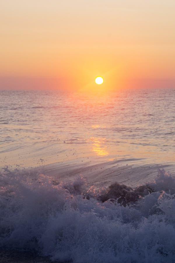 Nascer do sol sobre ondas deixando de funcionar foto de stock royalty free