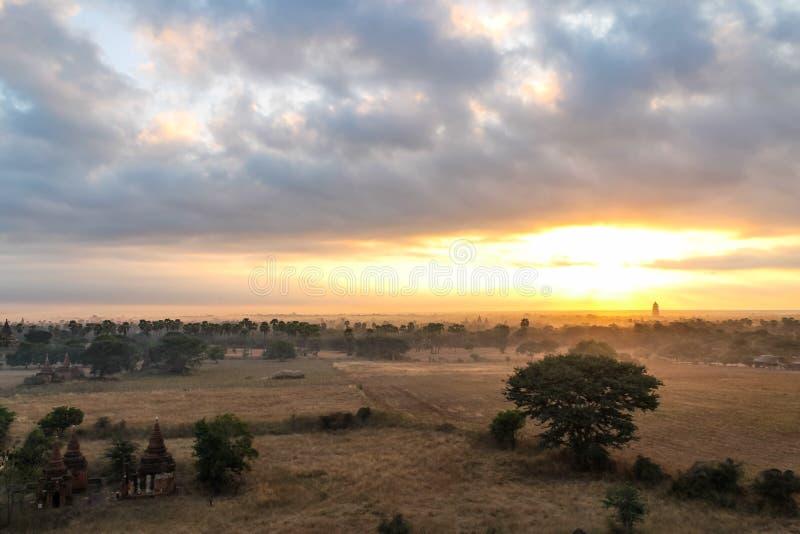 Nascer do sol sobre os templos, o Stupas e o Payas de Bagan, Myanmar imagens de stock royalty free