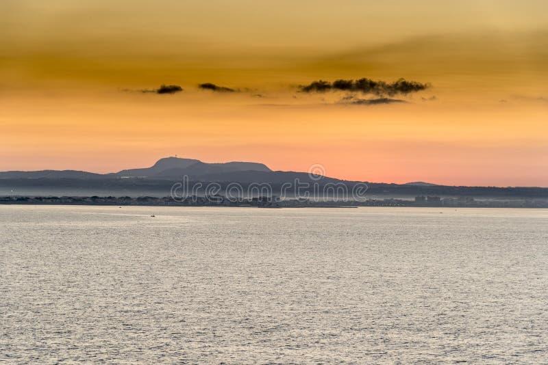 Nascer do sol sobre Palma Bay da rainha Elizabeth fotos de stock