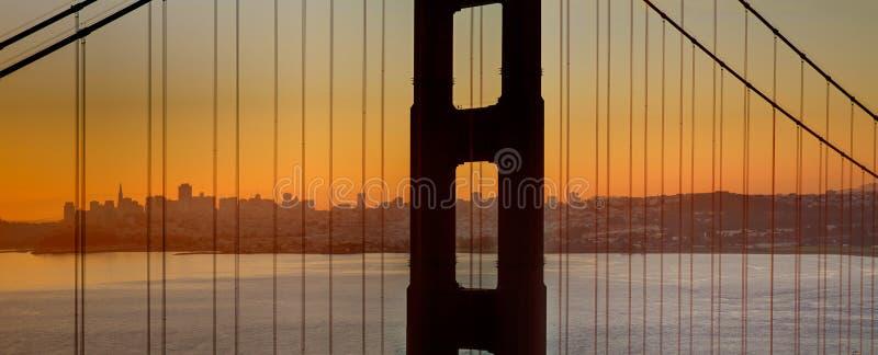 Nascer do sol sobre a ponte de porta dourada de San Francisco Bay fotos de stock