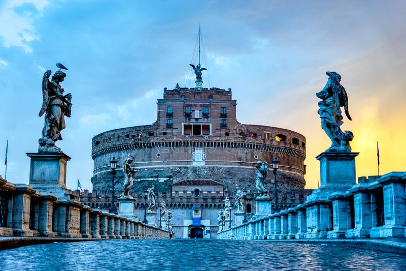 Nascer do sol sobre Ponte Sant 'Angelo e Castel Sant 'Angelo em Roma, Itália imagens de stock royalty free