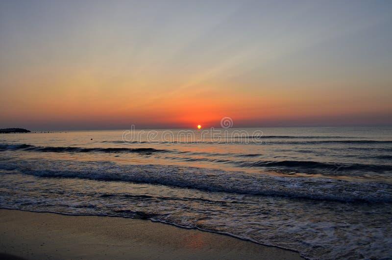 Nascer do sol sobre a praia Romênia foto de stock