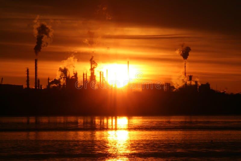 Nascer do sol sobre a refinaria foto de stock