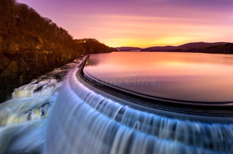 Nascer do sol sobre a represa do Croton, NY imagens de stock