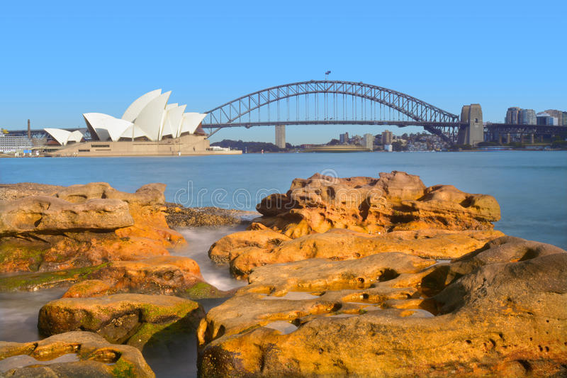 Nascer do sol sobre Sydney Harbour Bridge e o teatro da ópera Sydne imagem de stock royalty free