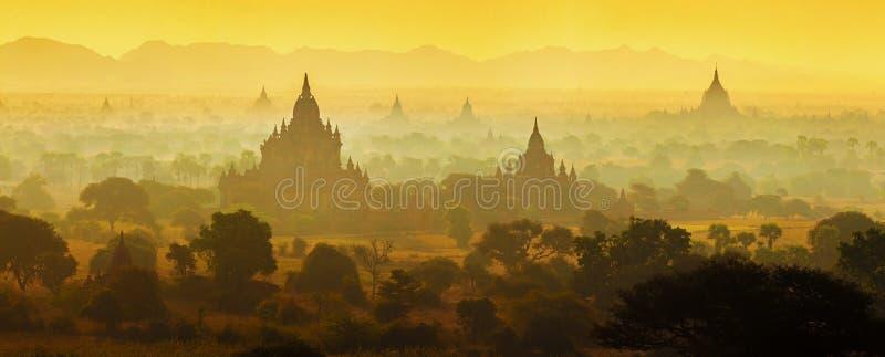 Nascer do sol sobre templos de Bagan foto de stock