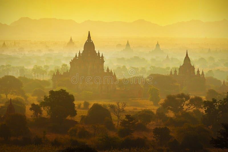 Nascer do sol sobre templos de Bagan fotografia de stock royalty free