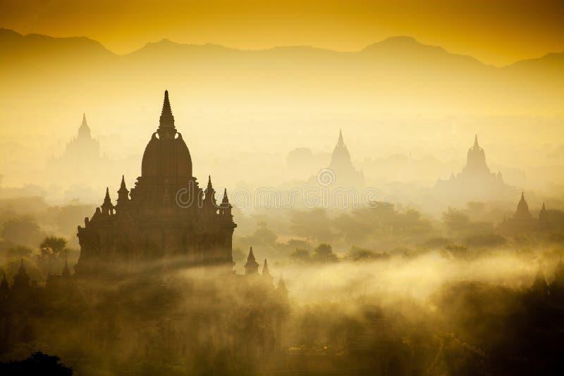 Nascer do sol sobre templos de Bagan fotos de stock royalty free