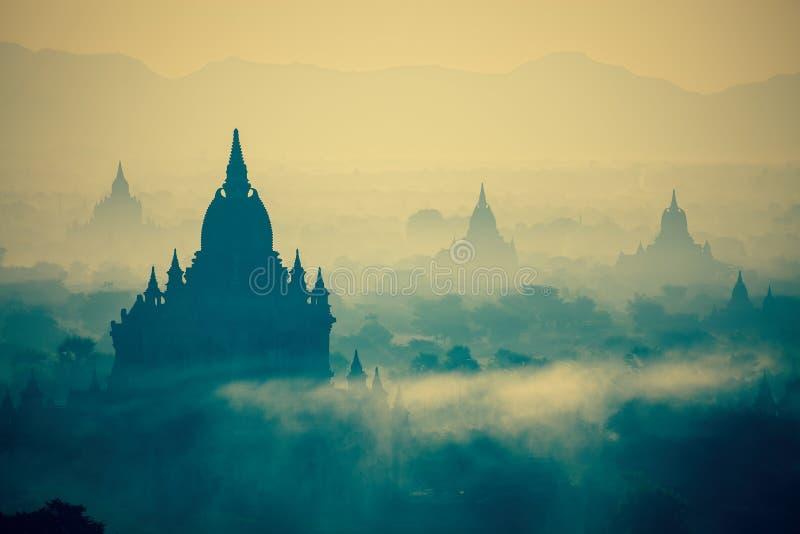 Nascer do sol sobre templos de Bagan em Myanmar foto de stock