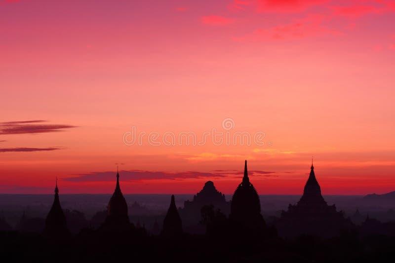 Nascer do sol sobre templos em Bagan, Myanmar imagem de stock