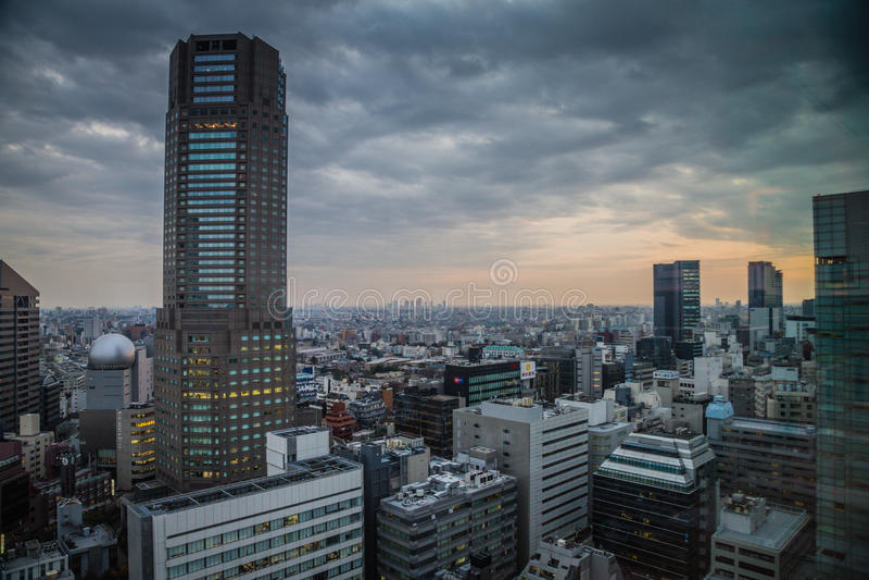 Nascer do sol sobre a torre Cerulean no Tóquio de Shibuya foto de stock