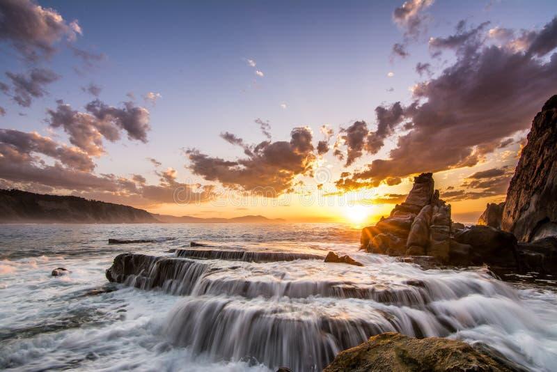 Nascer do sol surpreendente na praia de Bilbao foto de stock royalty free