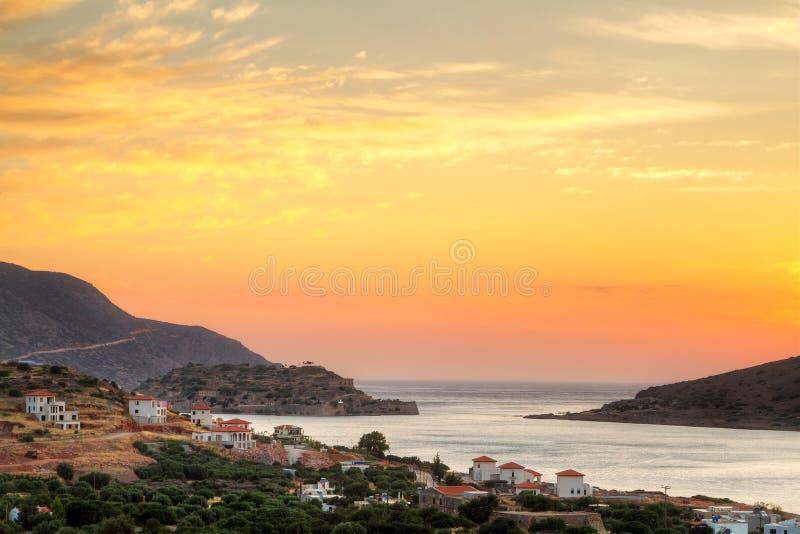 Nascer do sol surpreendente no louro de Mirabello em Crete