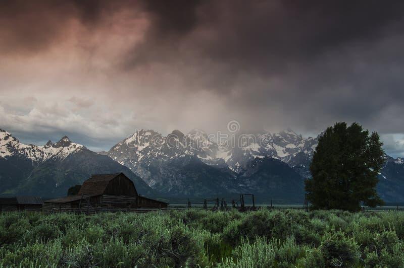 Nascer do sol tormentoso em Tetons grande foto de stock royalty free