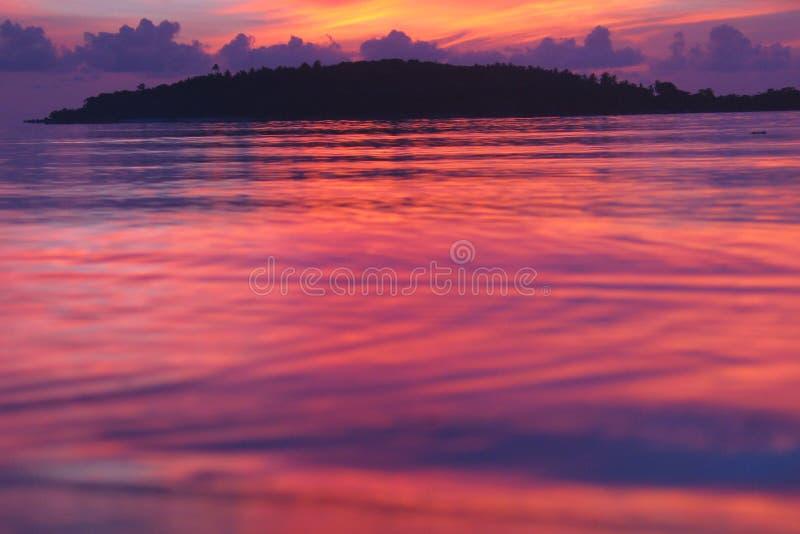 Nascer do sol ventoso na praia tropical imagens de stock