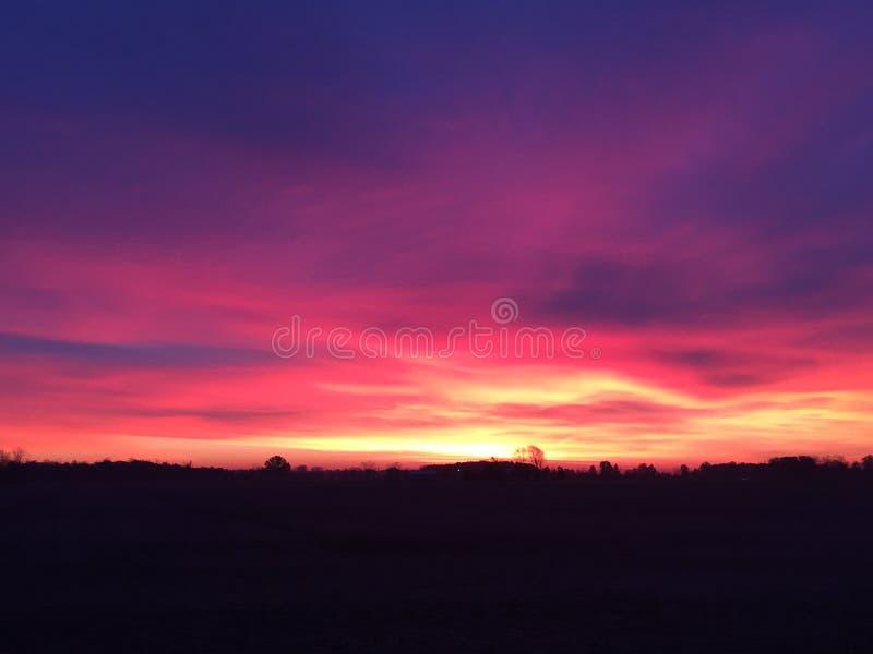 Nascer do sol do verão em Ohio que captura as matiz bonitas da manhã violeta fotografia de stock royalty free