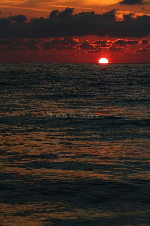 Nascer do sol vermelho no Mar Negro imagens de stock royalty free