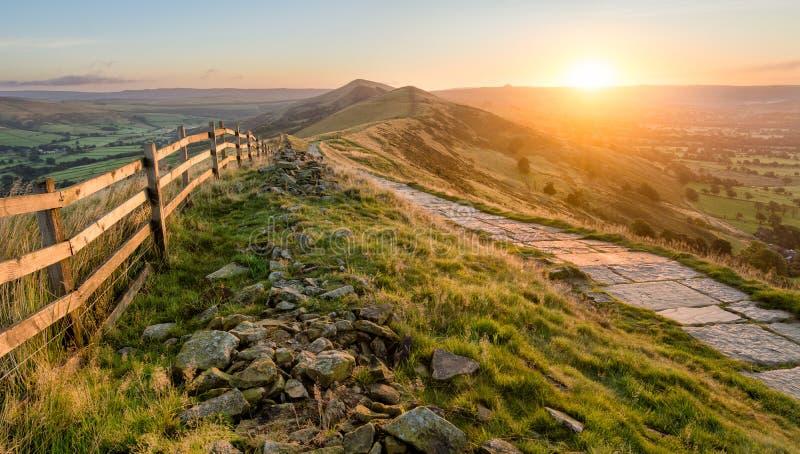 Nascer do sol vibrante bonito com trajeto de pedra fotografia de stock