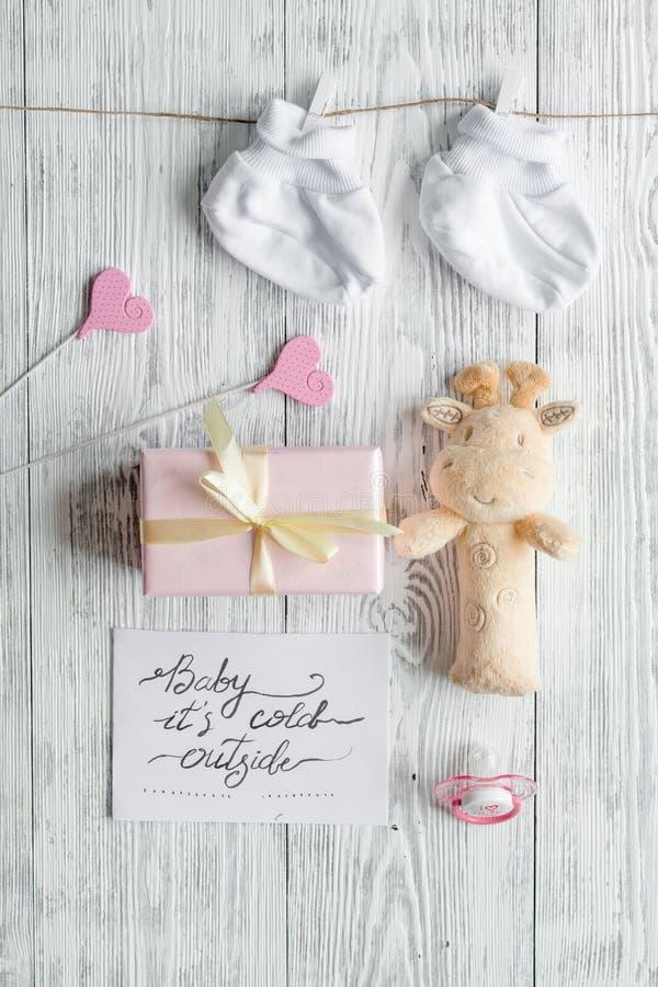 Nascimento da criança - conceito da festa do bebê no fundo de madeira foto de stock