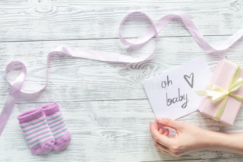 Nascimento da criança - conceito da festa do bebê no fundo de madeira foto de stock royalty free