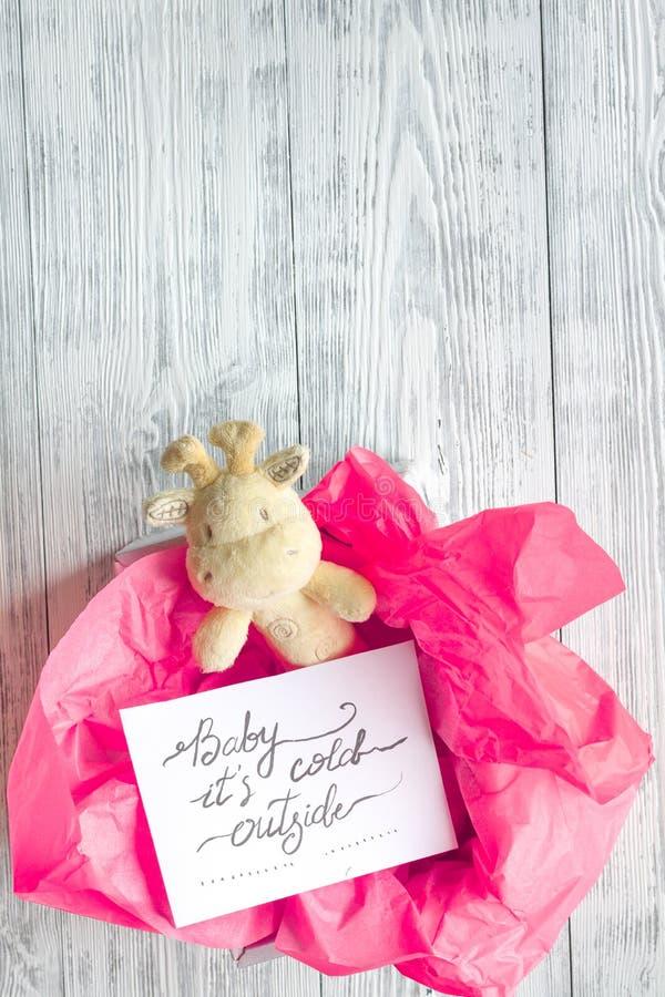 Nascimento da menina - conceito da festa do bebê no fundo de madeira imagem de stock royalty free