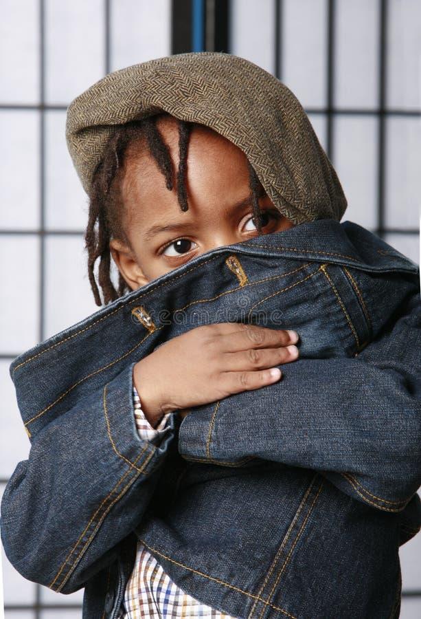 Nascondersi sveglio del bambino immagine stock libera da diritti