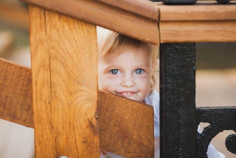 Nascondino palaing della piccola ragazza caucasica immagine stock libera da diritti
