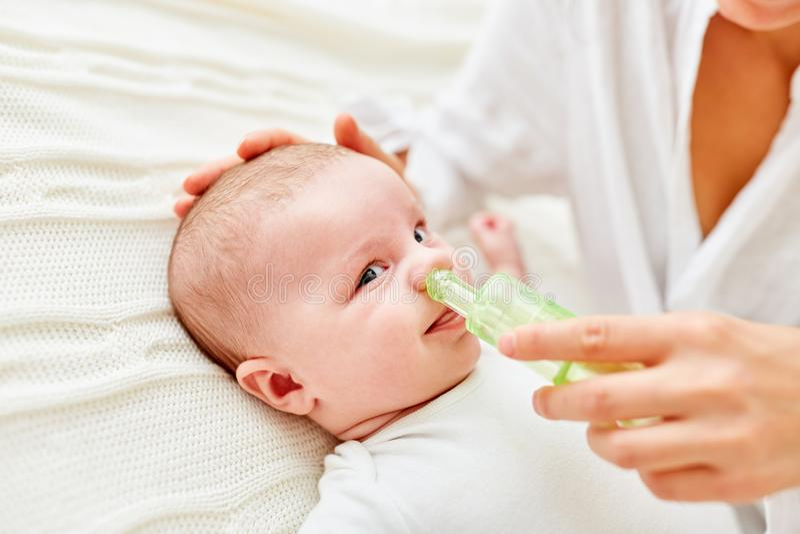 Nase des Babys wird vom Phlegma freigegeben stockfotos