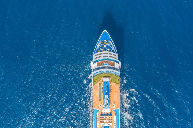Nase des Kreuzschiffs im Türkismeer Konzept von Sommerseekreuzfahrtausfl?gen stockbild