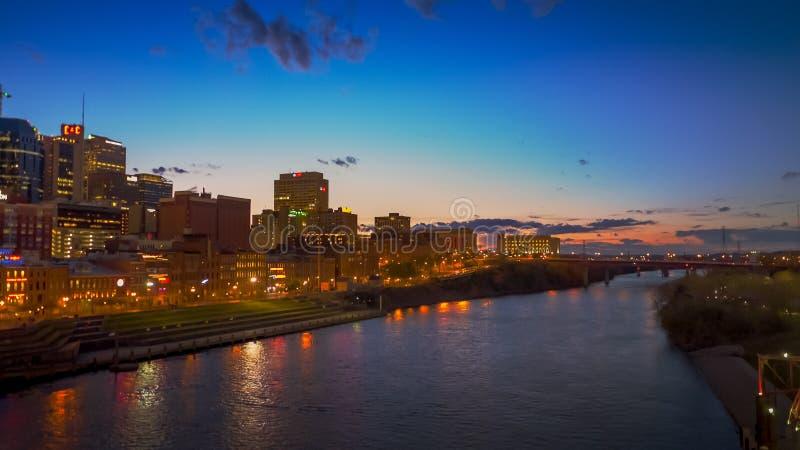Nashville et la rivière Cumberland la nuit dans le tennesse photographie stock libre de droits