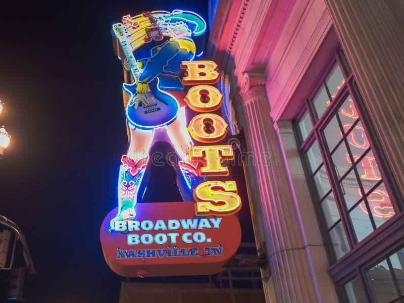 NASHVILLE, EUA - abril, 6, 2017: próximo acima de um sinal de néon colorido da bota em broadway em nashville imagens de stock