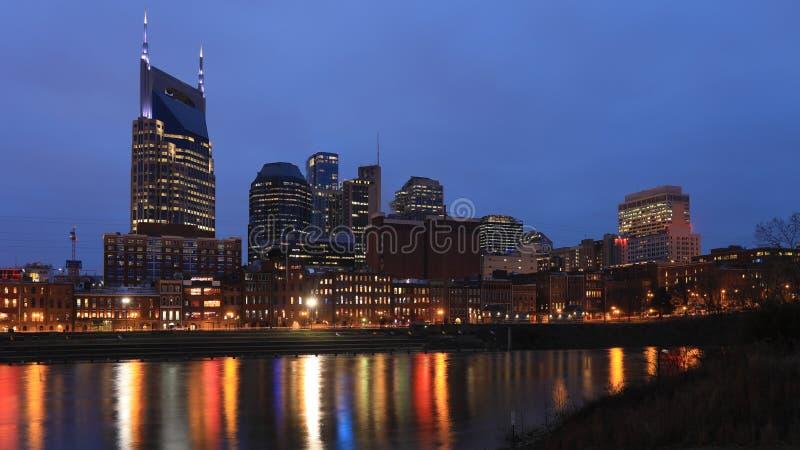 Nashville Tennessee centrum på skymning arkivfoto