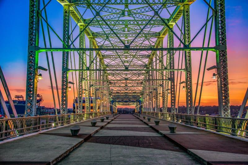 Nashville Tennessee Pedestrian Bridge au lever de soleil photographie stock libre de droits