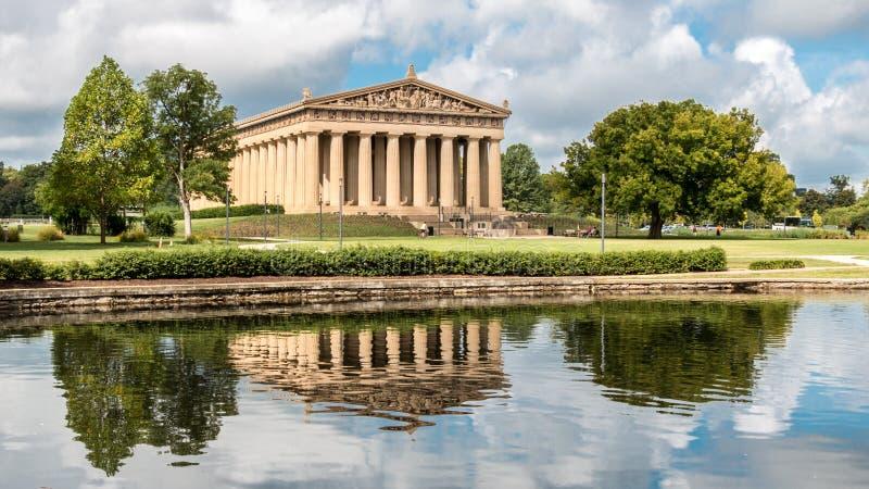Nashville TN - Augusti 8, 2015 Sikten av parthenonen och dess reflexion i hundraårsjubileum för Nashville ` s parkerar royaltyfri bild