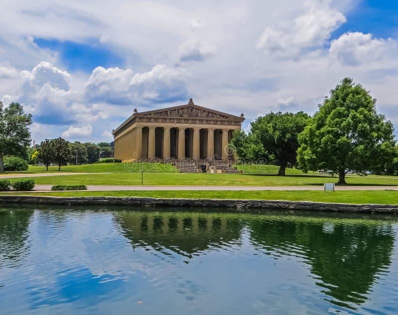 Nashville, TN EUA - parque centenário a reflexão da réplica do Partenon no lago imagens de stock