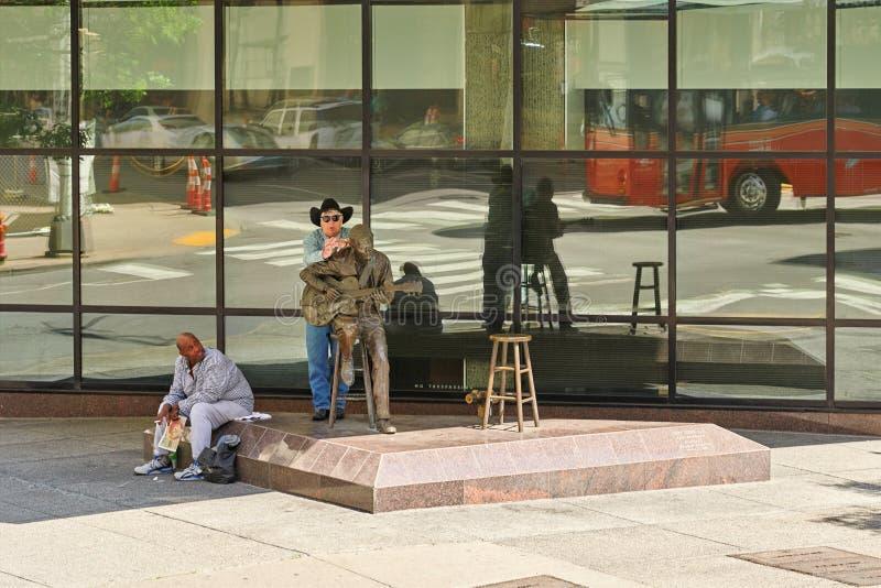 NASHVILLE TN, USA - APRIL 14, 2017: Chet Atkins staty Unveile royaltyfri fotografi