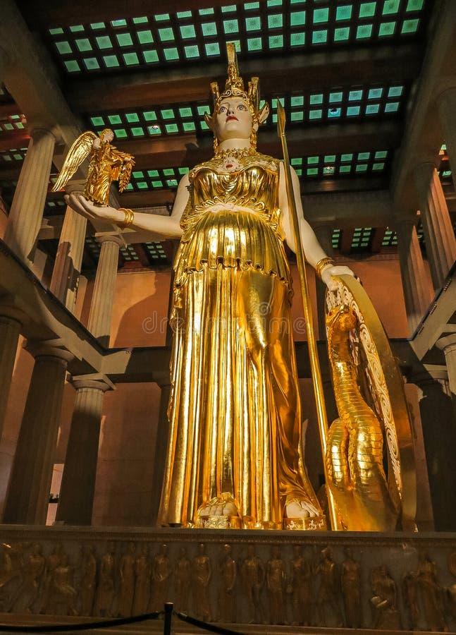 Nashville TN USA - hundraårsjubileet parkerar den jätte- statyn för Parthenonkopian av Athena med Nike arkivbild