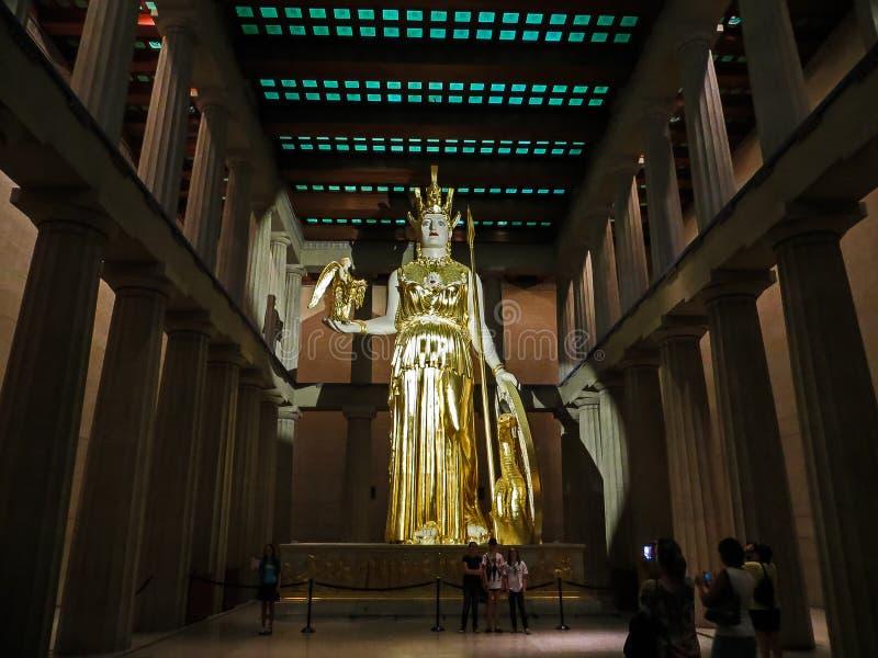Nashville TN USA - hundraårsjubileet parkerar den jätte- statyn för Parthenonkopian av Athena med Nike royaltyfri foto
