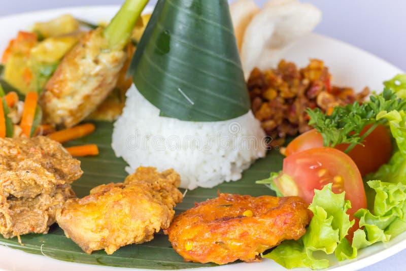 Nasi Campur巴厘岛在香蕉叶子服务 免版税库存照片