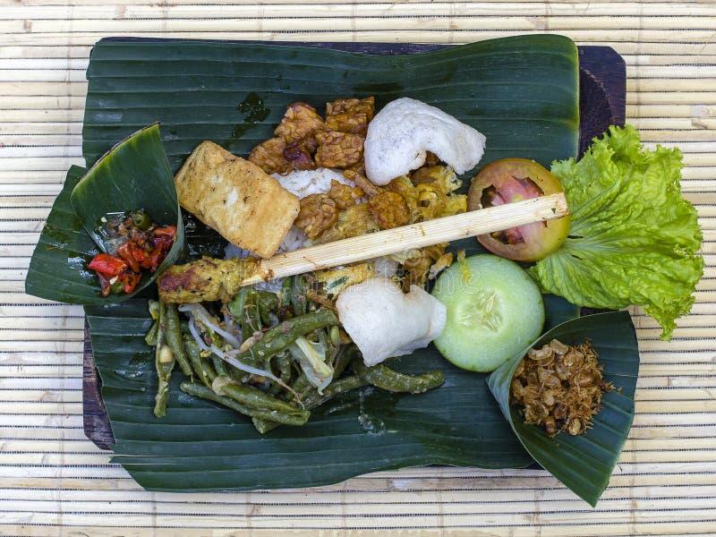 Nasi Campur Бали Балийское блюдо испаренного риса с разнообразием гарниров конец вверх Азиатская еда, Ubud, Бали, Индонезия стоковое фото
