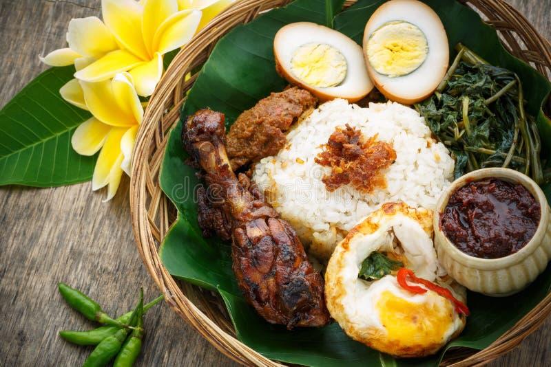 Nasi Campur, индонезийская еда стоковые изображения rf