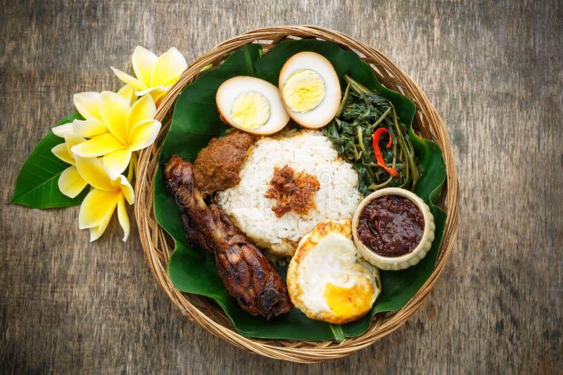 Nasi Campur, индонезийская еда стоковые фотографии rf