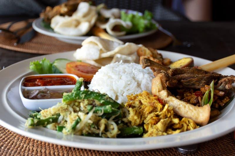 Nasi Campur Bebek Goreng of ook gekend als Gemengde rijst met eendvlees stock afbeeldingen