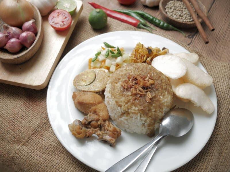 Nasi Campur, indonesischer Mischreis mit Hühnercurry lizenzfreies stockfoto