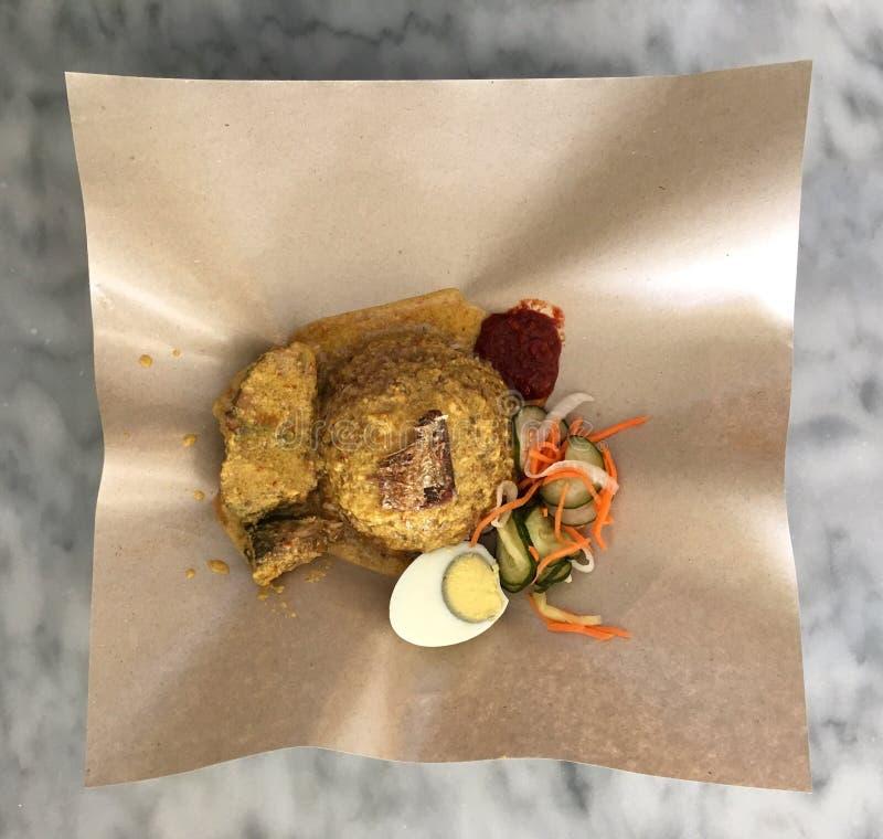 Nasi dagang is een Maleise & Zuidelijke Thaise die schotel met rijst in kokosmelk, vissenkerrie & andere ingrediënten wordt gesto stock afbeeldingen