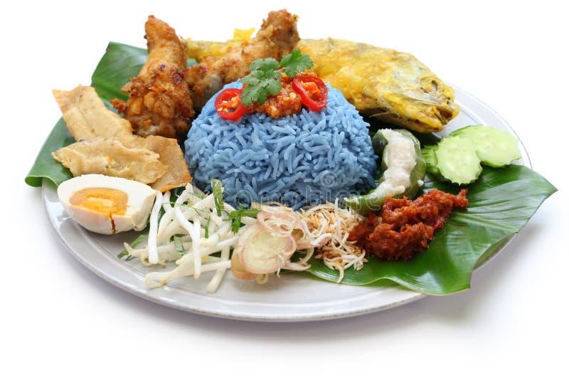 Nasi kerabu,蓝色颜色米沙拉,马来西亚烹调 免版税图库摄影