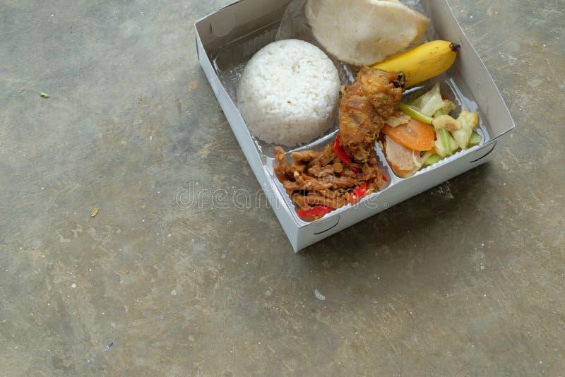 Nasi kotak eller lunchask Blandade ris med gr?nsaken och den fega fil?n royaltyfria foton