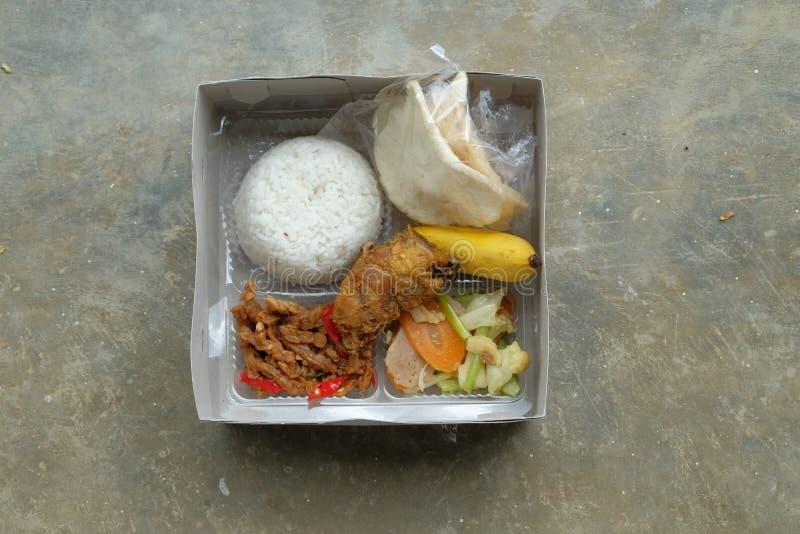 Nasi kotak eller lunchask Blandade ris med gr?nsaken och den fega fil?n royaltyfri foto