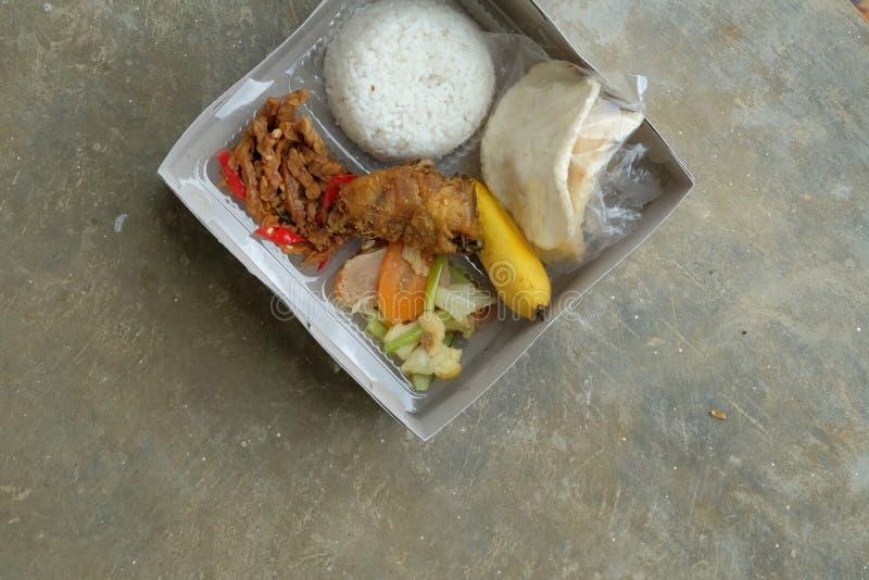 Nasi kotak eller lunchask Blandade ris med gr?nsaken och den fega fil?n royaltyfria bilder