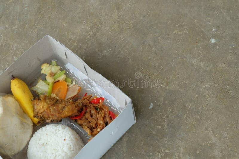 Nasi kotak lub lunchu pude?ko Mieszani ry? z warzywem i kurczakiem pol?dwicowymi fotografia stock